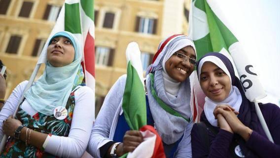 Diventare italiani: come funziona ora, come sarebbe con lo ius soli