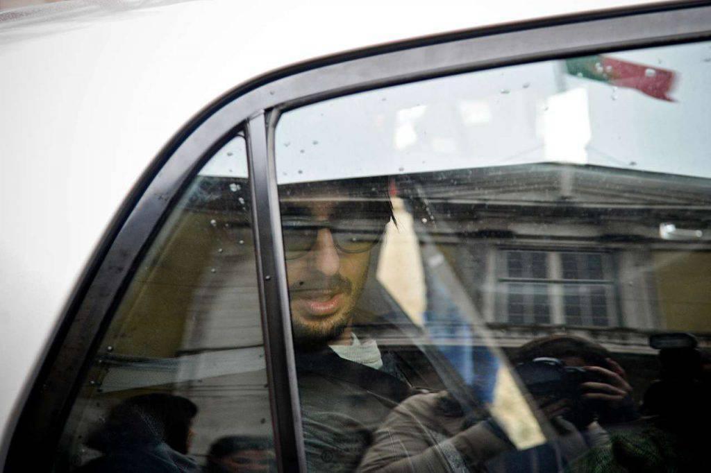 Fabrizio Corona esce dal carcere: andrà in un istituto per