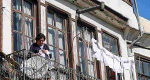 Bambina cade dal balcone