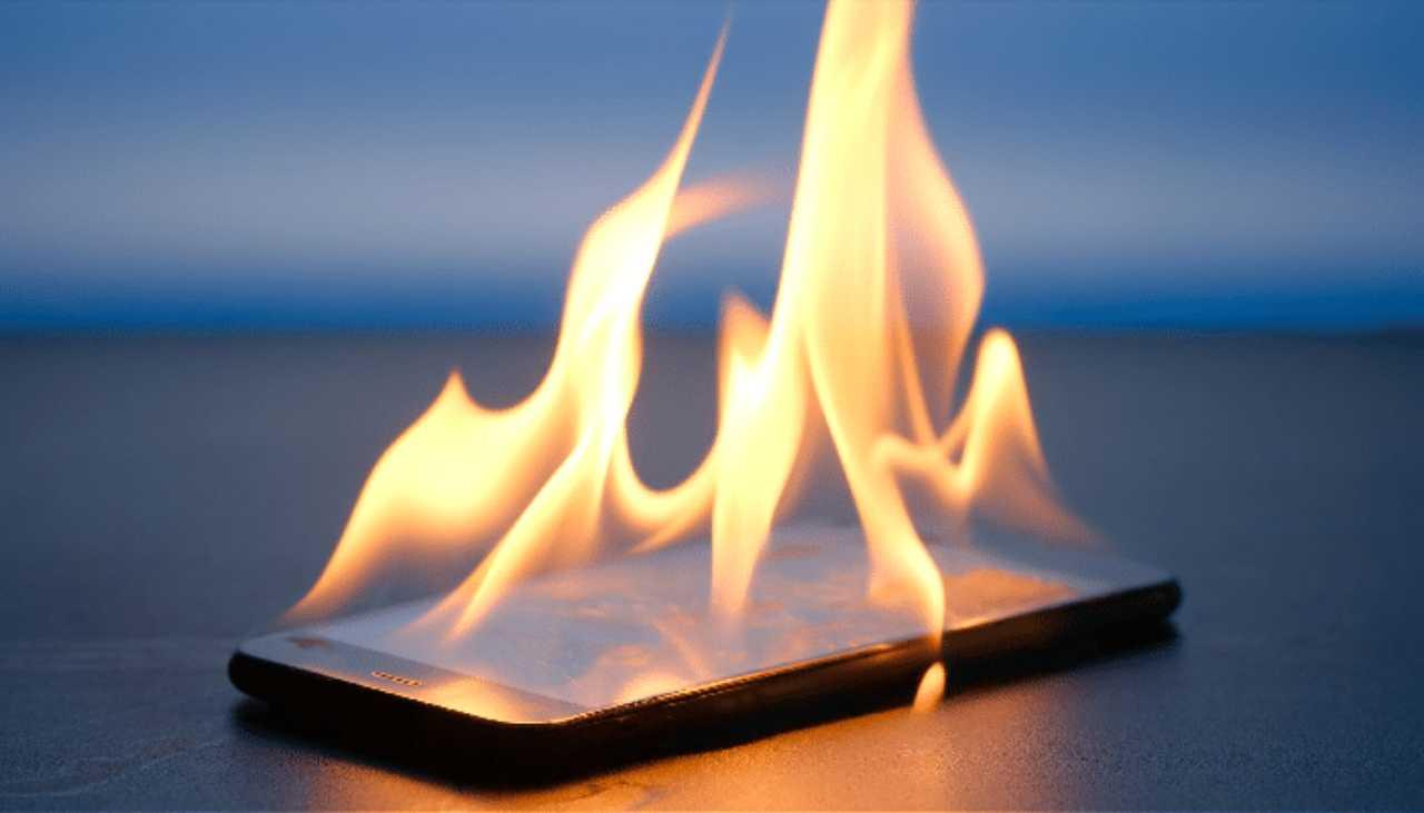 Smartphone esplode in carica