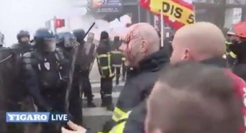 polizia contro vigili del fuoco in francia