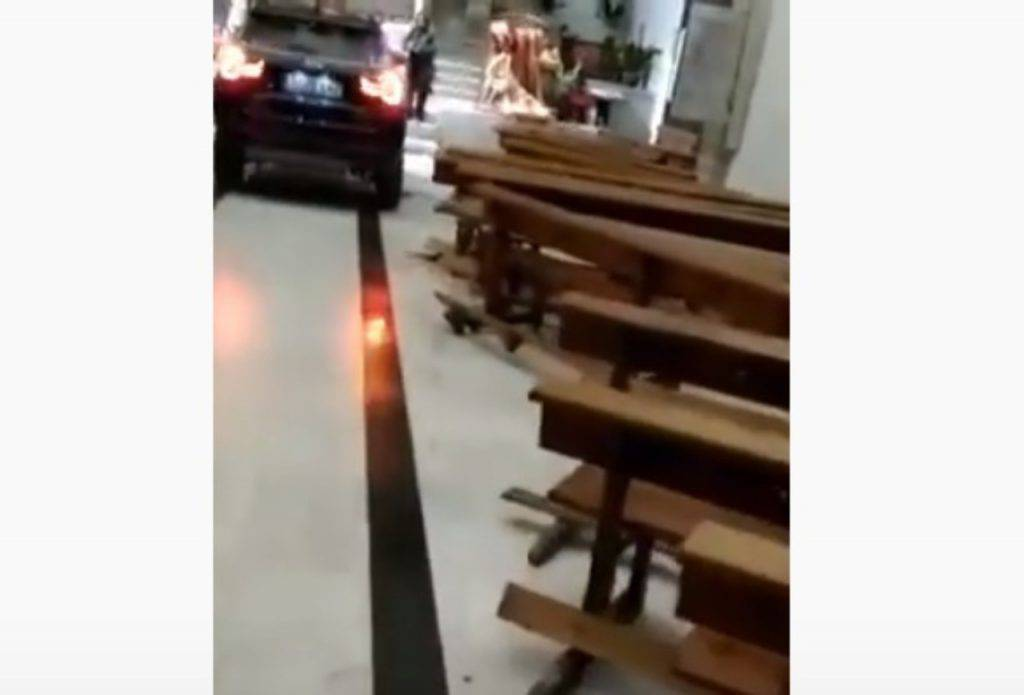 Spagna, sfonda la porta ed entra col Suv in chiesa: