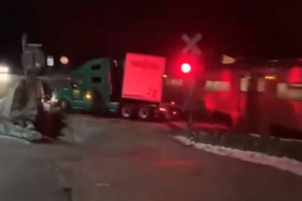 treno spezza tir in due