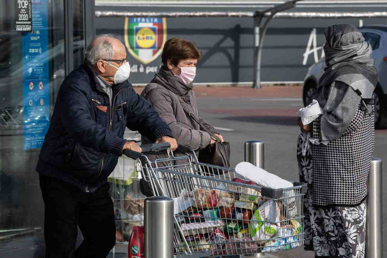 Follie da coronavirus: benzina solo self e amuchina che costa come l'oro
