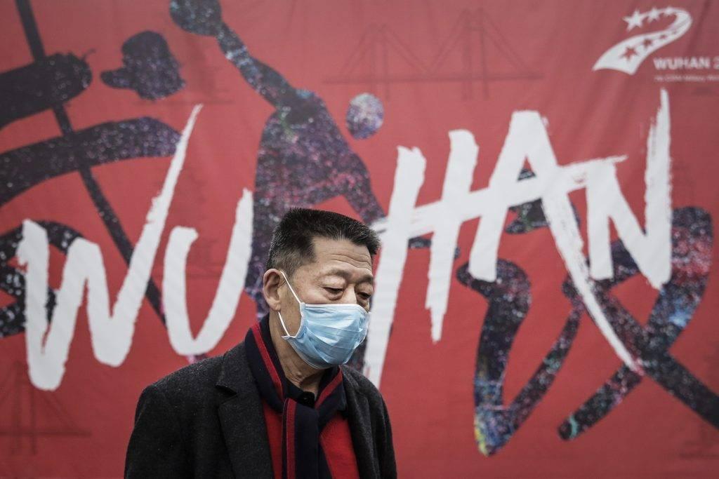 Uomo cinese a Wuhan