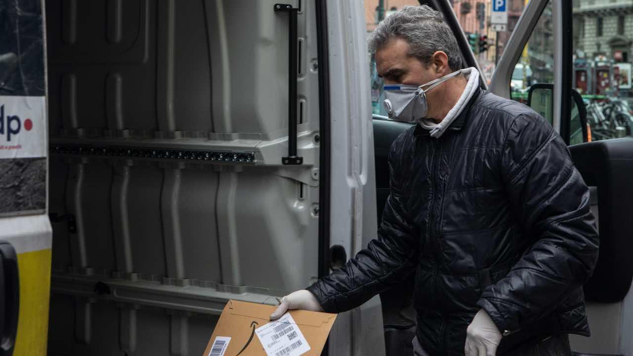 coronavirus contagio smartphone lettere pacchi