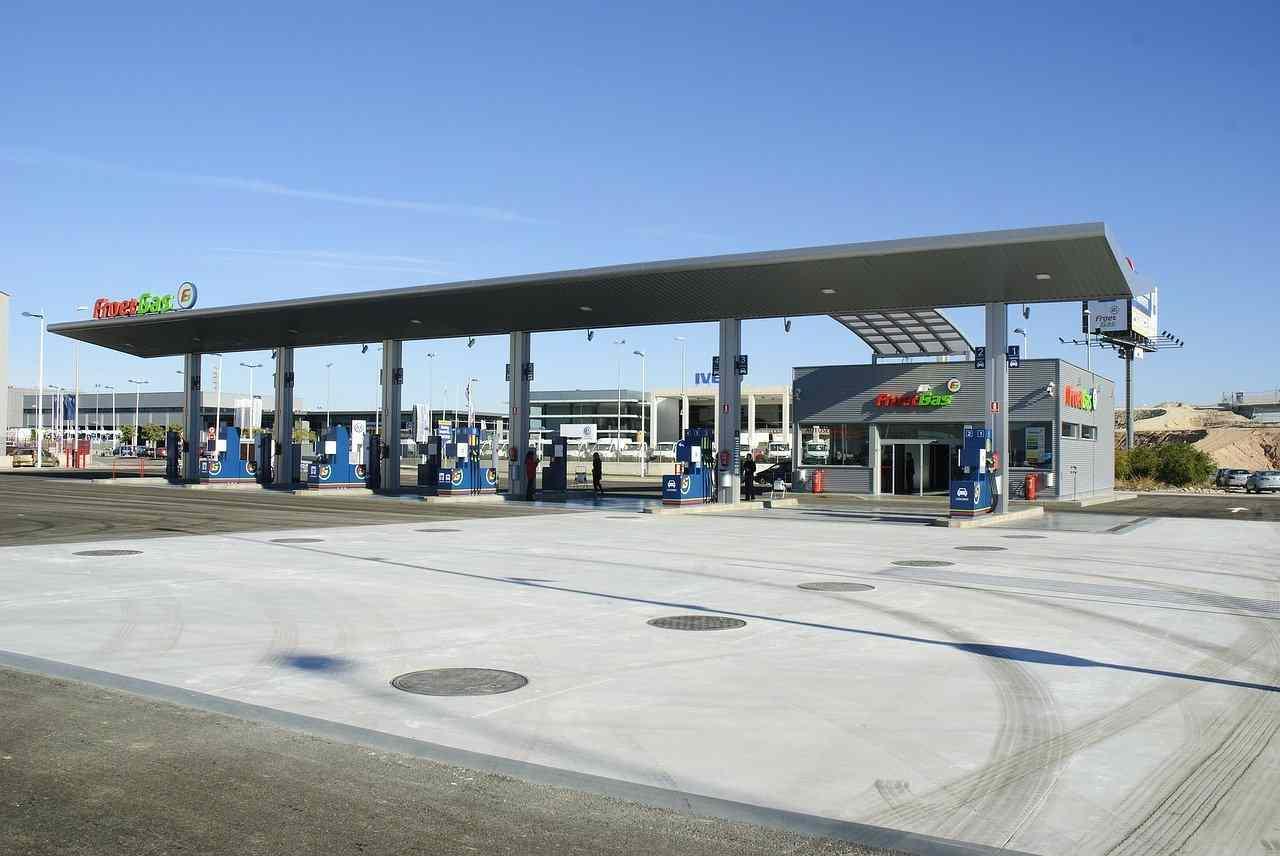 Area di servizio con distributori benzina