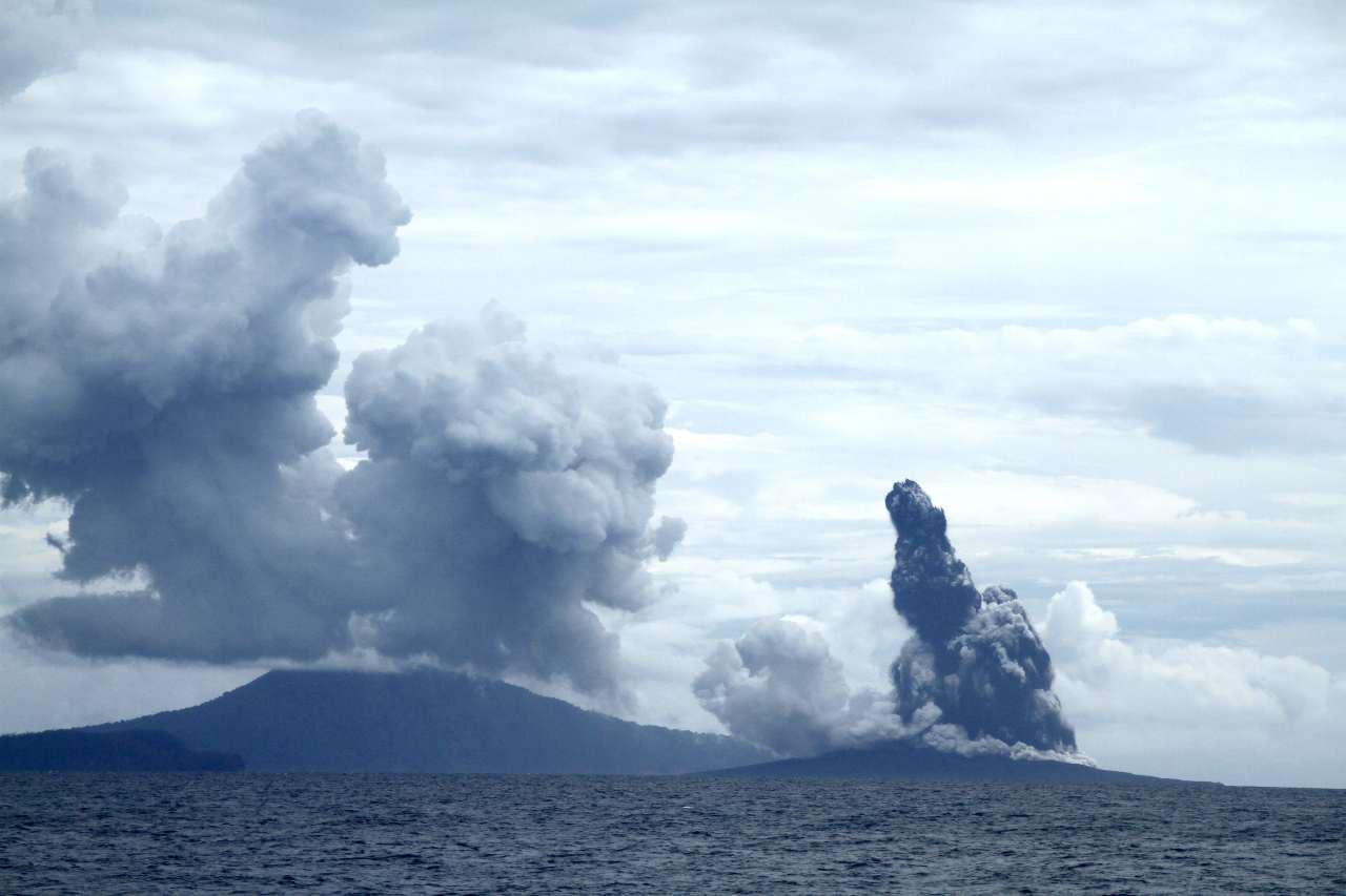 Indonesia, torna ad eruttare il vulcano Krakatoa: era spento da 140 anni