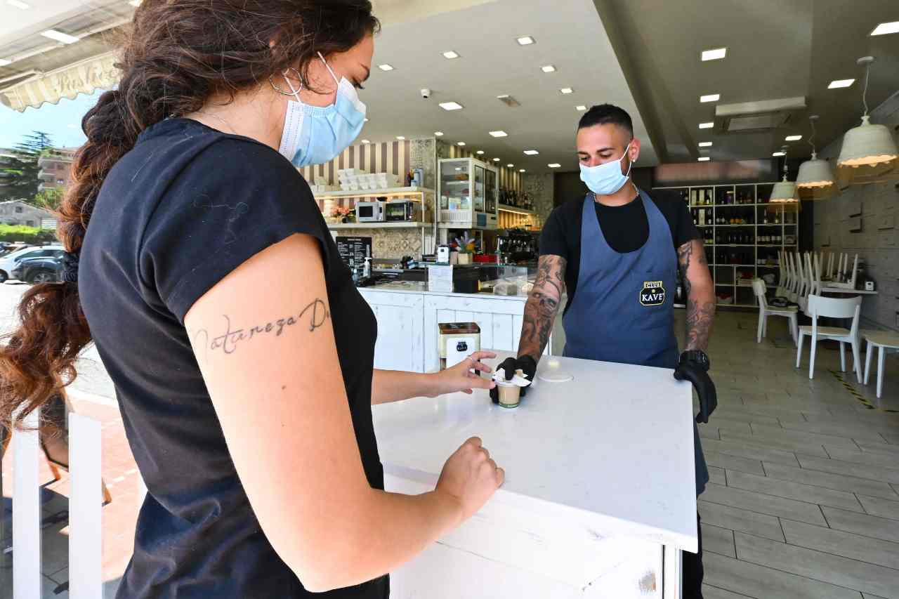Coronavirus, nuova ordinanza della Sindaca Raggi: ecco gli orari dei negozi