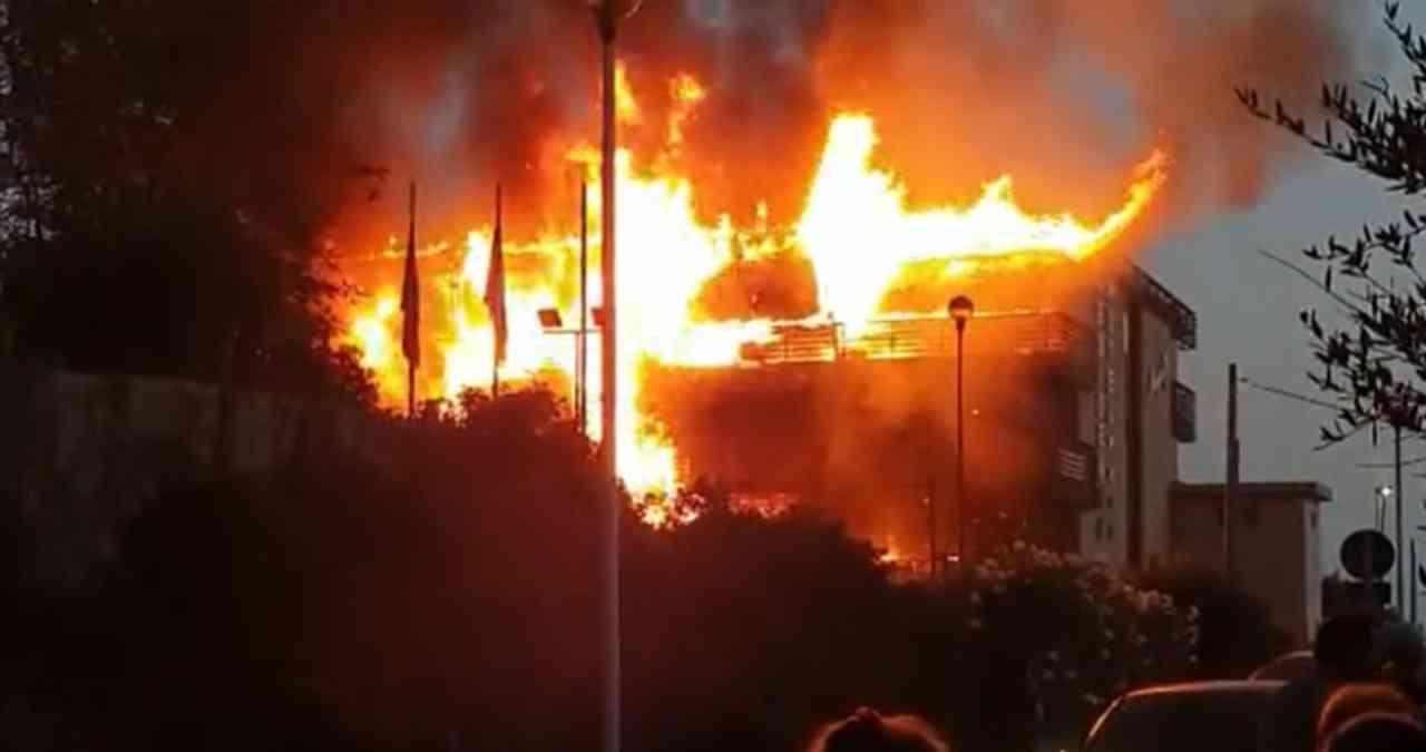 Hotel in fiamme