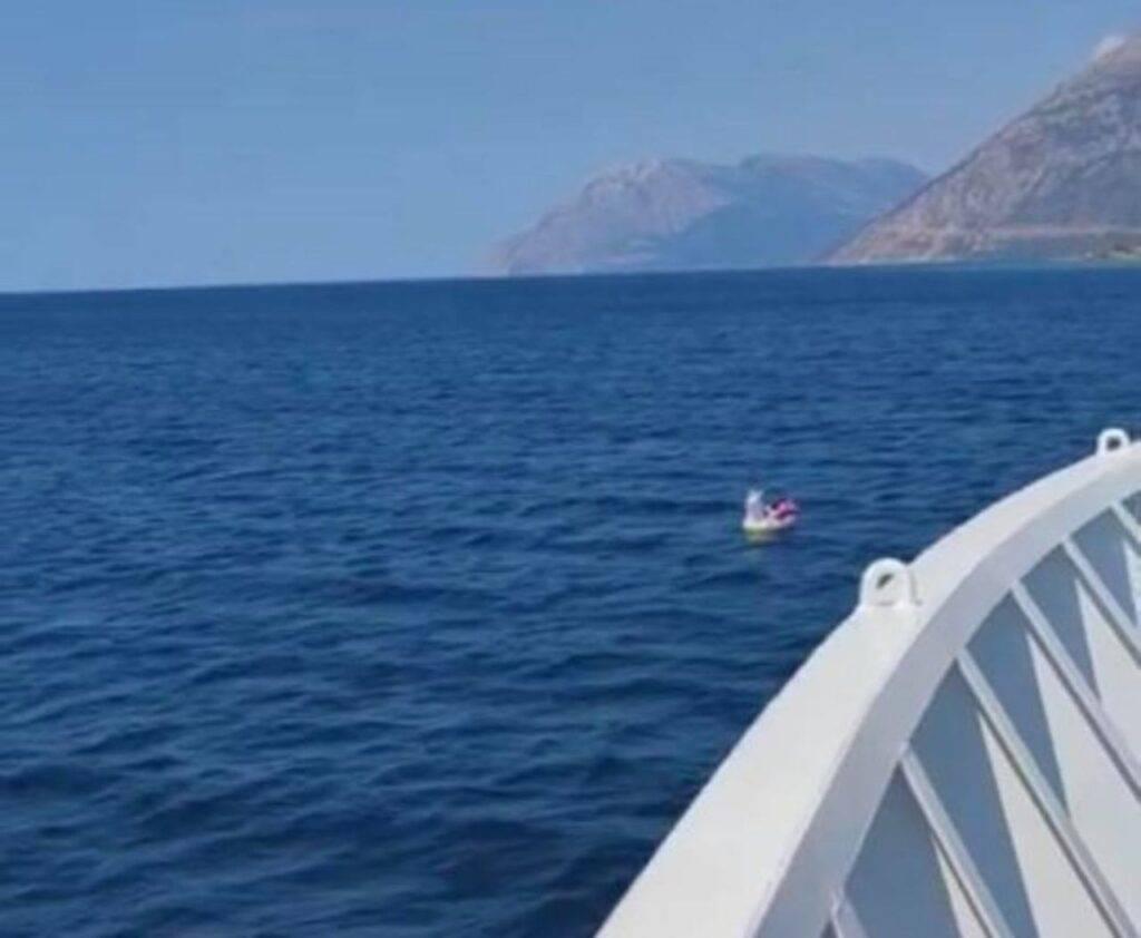 Bambina alla deriva sull'unicorno gonfiabile. Salvata in mare aperto da un traghetto