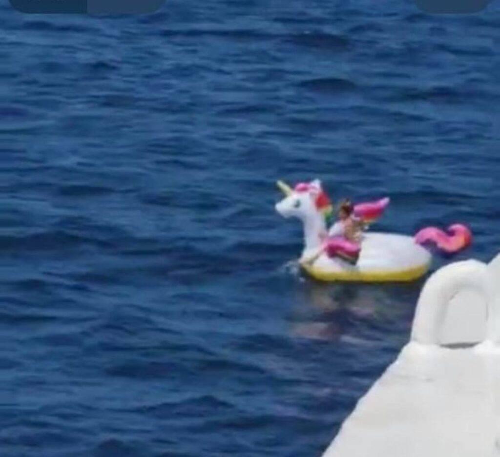 Bambina in mare Grecia