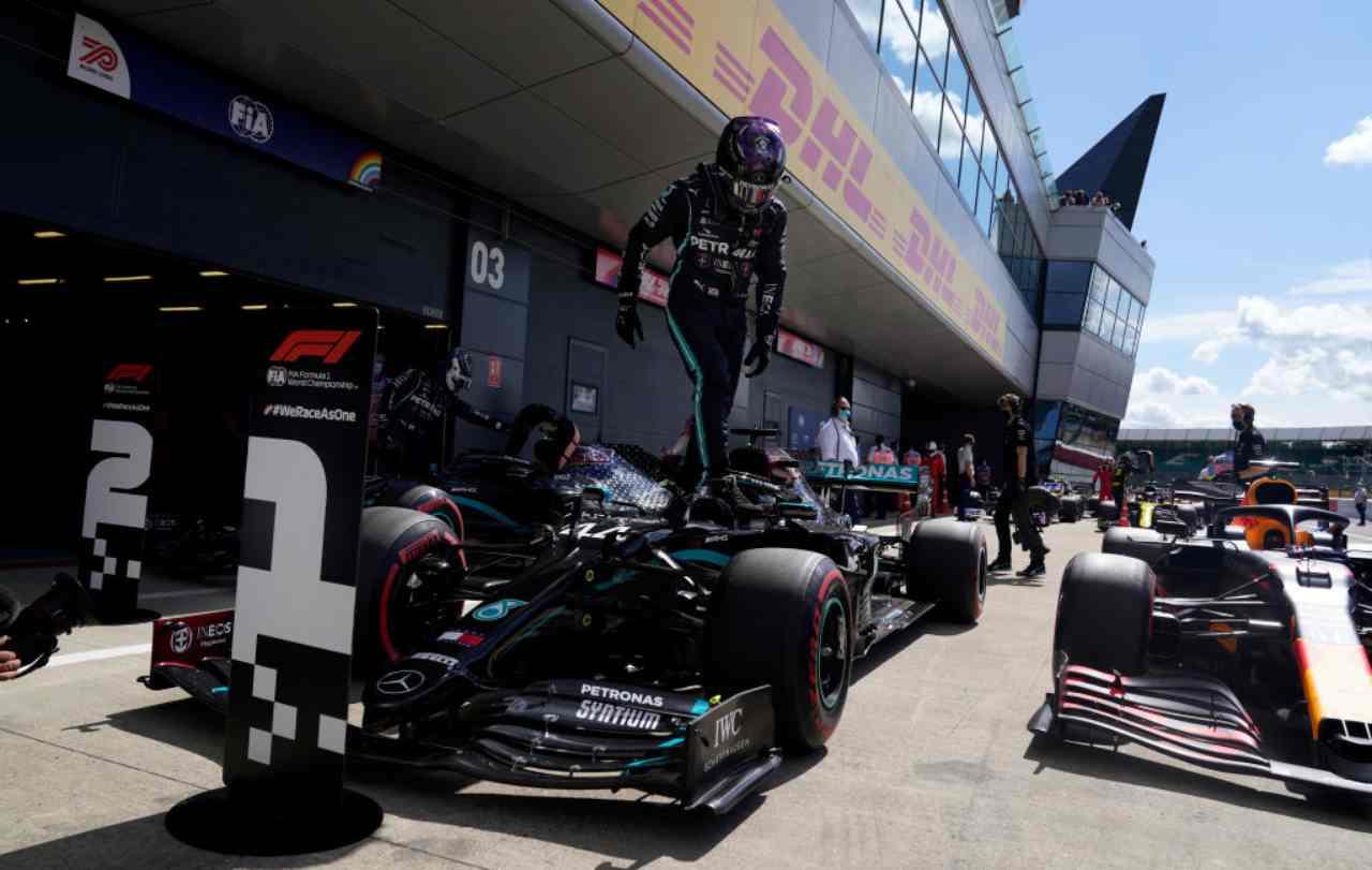 Formula 1, a Silverstone finale al cardiopalma: Hamilton vince su tre ruote