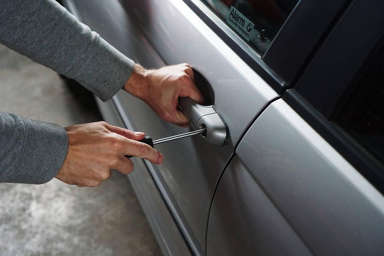 ladro furto d'auto