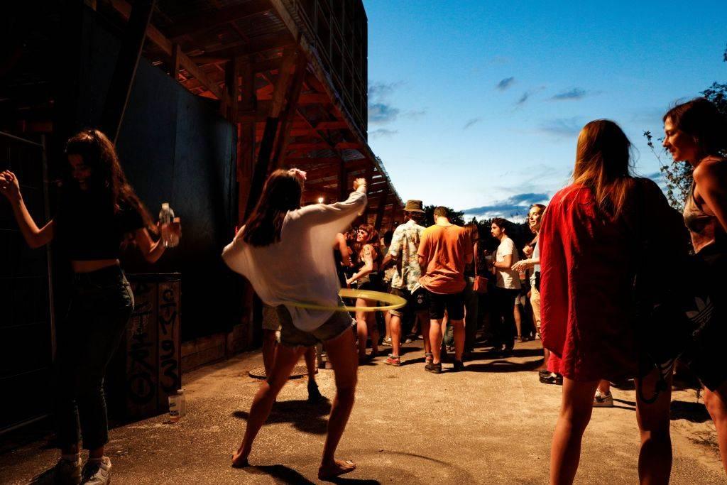 giovani in discoteca all'aperto