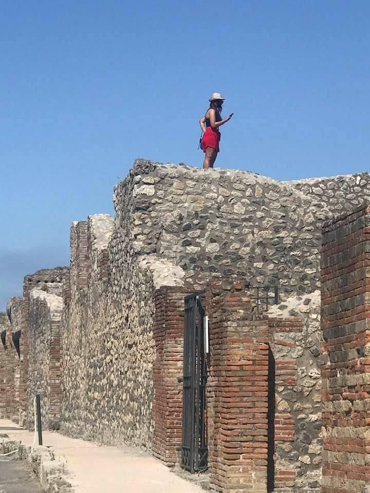 pompei turista sul tetto