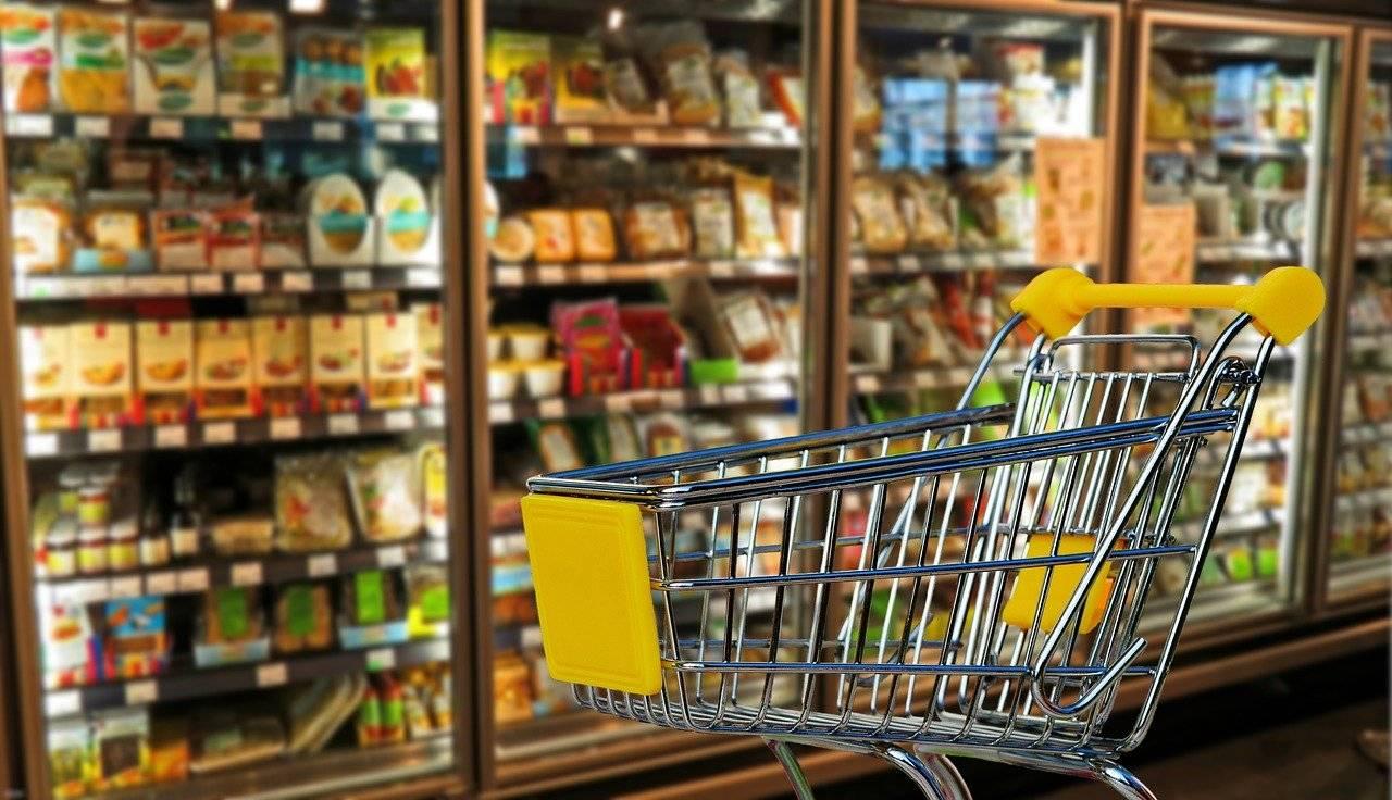 Uomo nel frigo di un supermercato