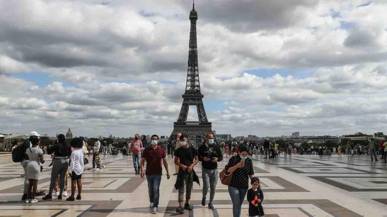Parigi, allarme bomba nei pressi della Tour Eiffel: evacuata la zona