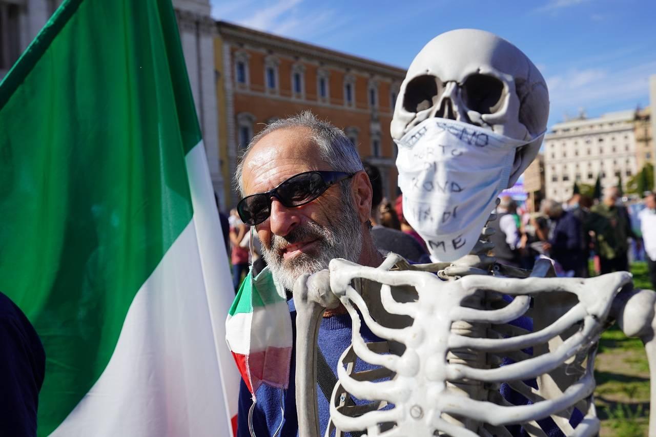 No Mask a Roma con scheletro