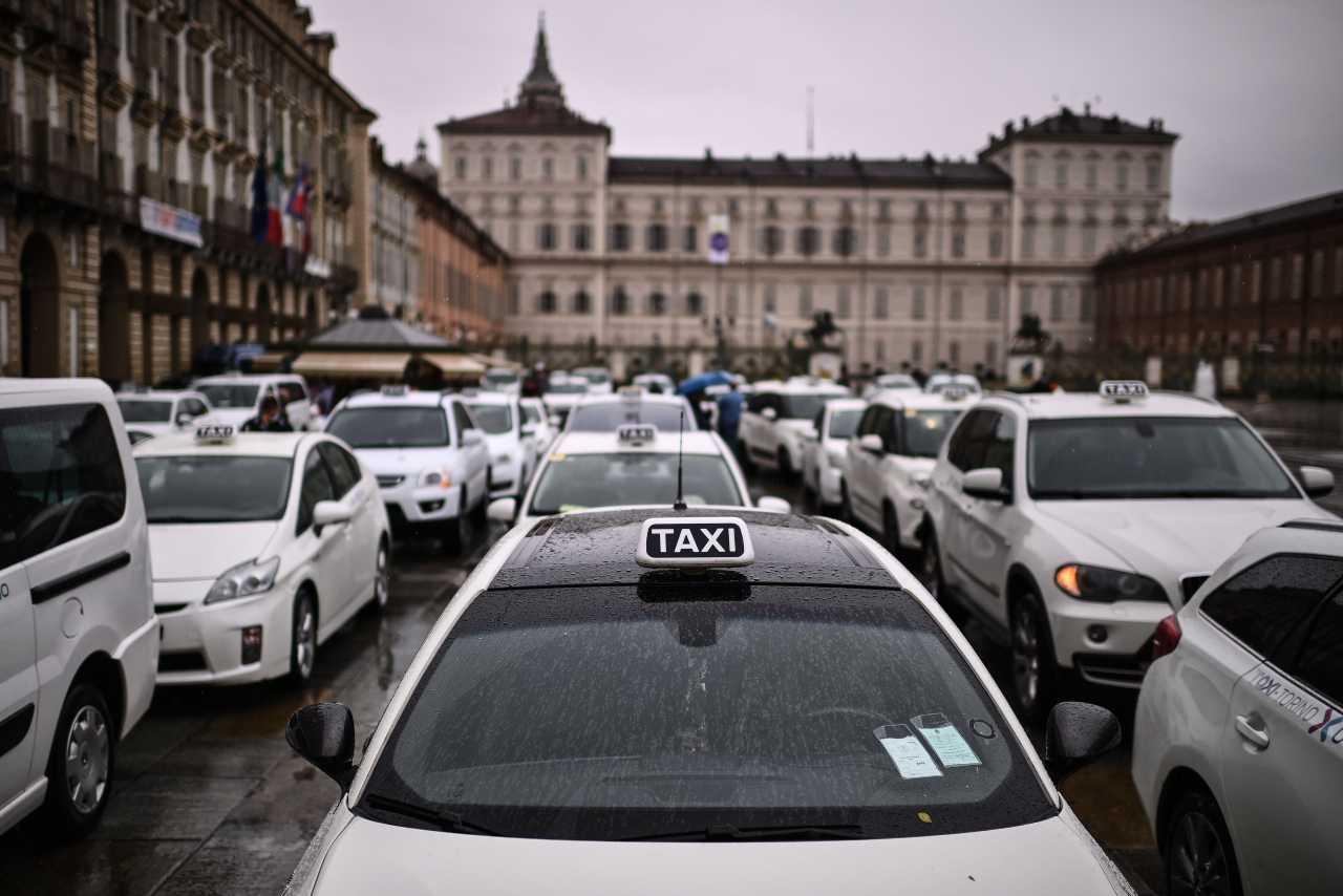Torino, taxi in rivolta