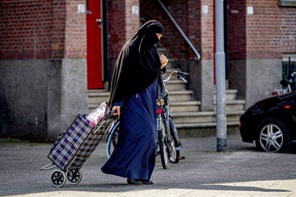 donna in burqa