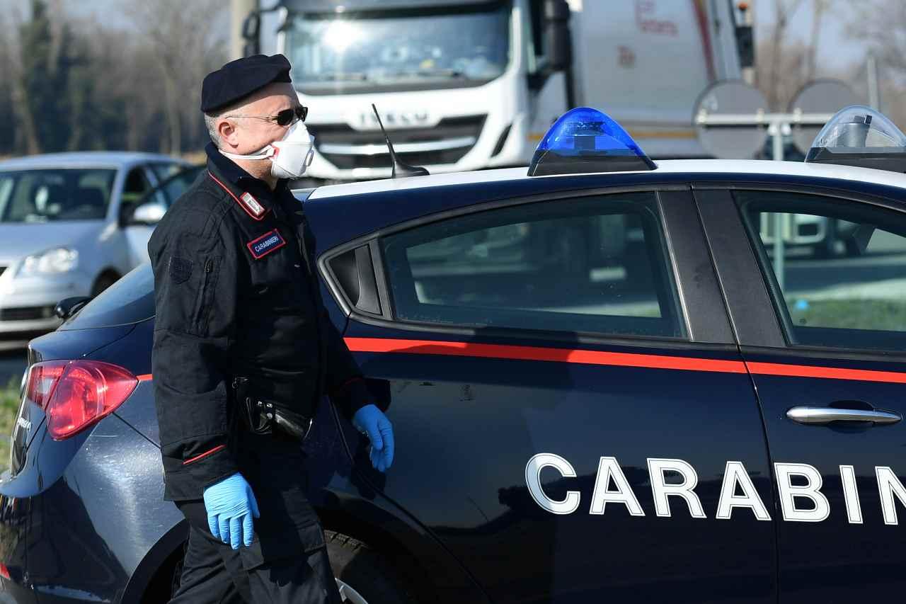 Milano accoltella