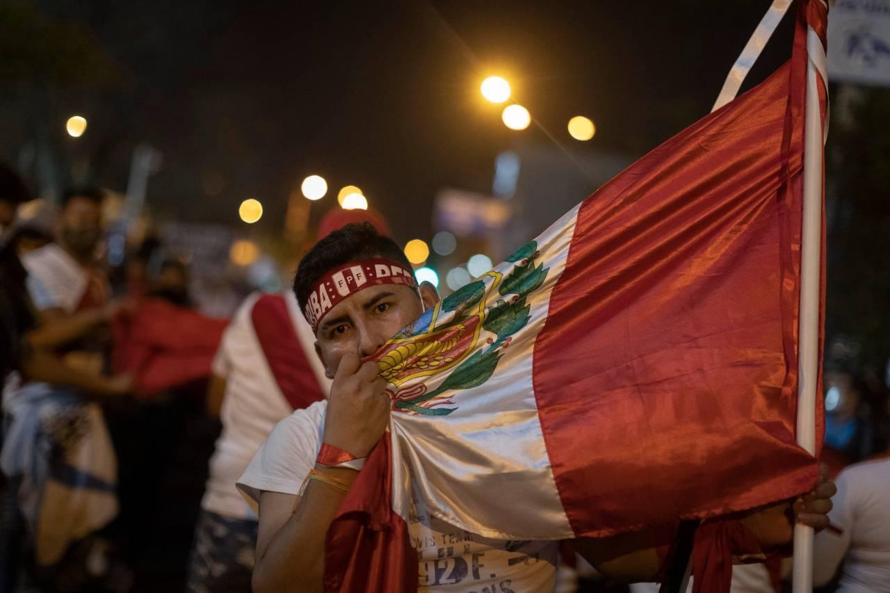 Perù, uccisi 2 manifestanti nel corso delle proteste: 13 ministri si dimettono