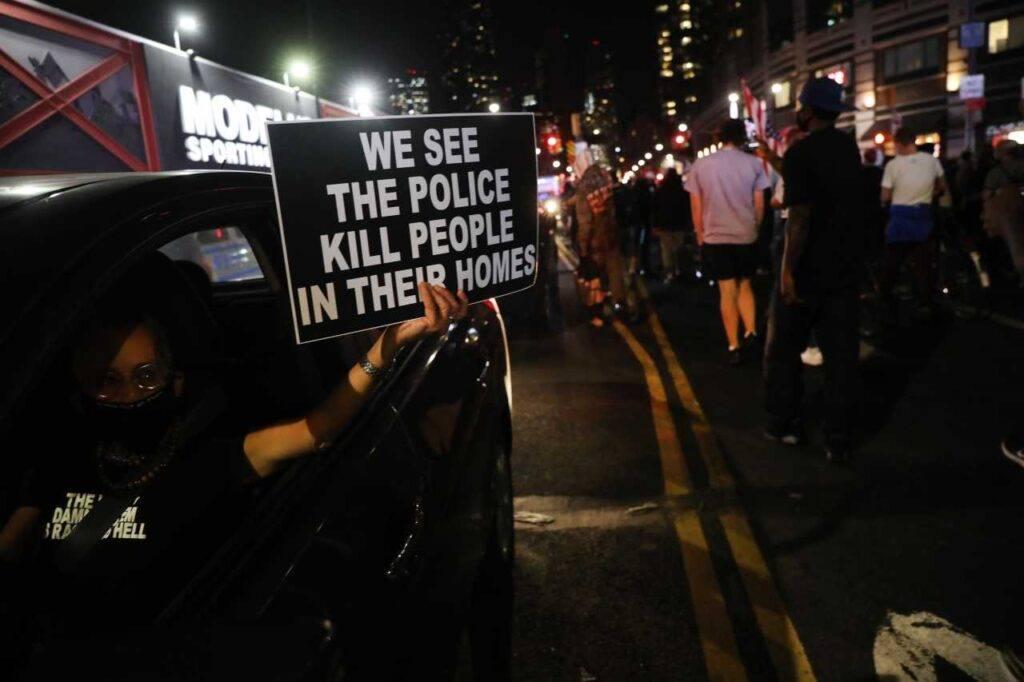Auto investe manifestanti