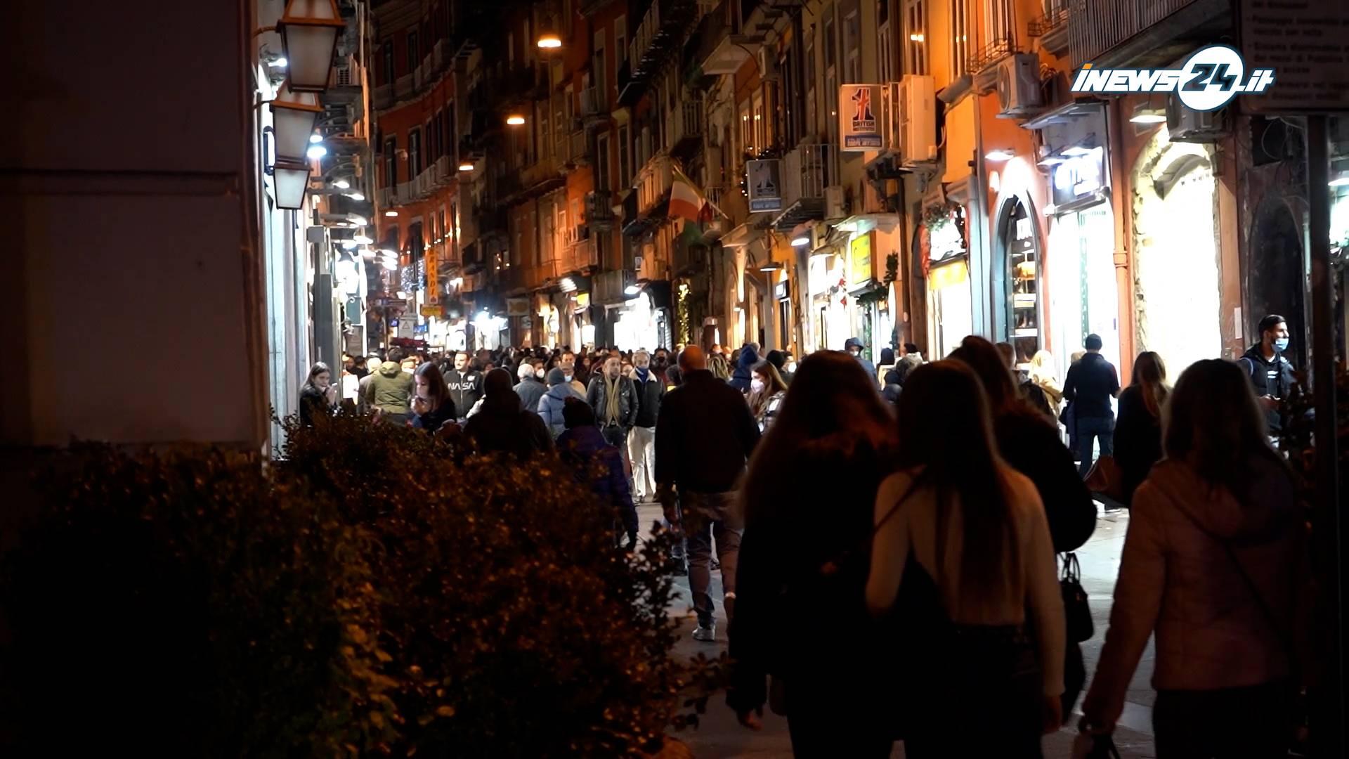 folla in strada a napoli