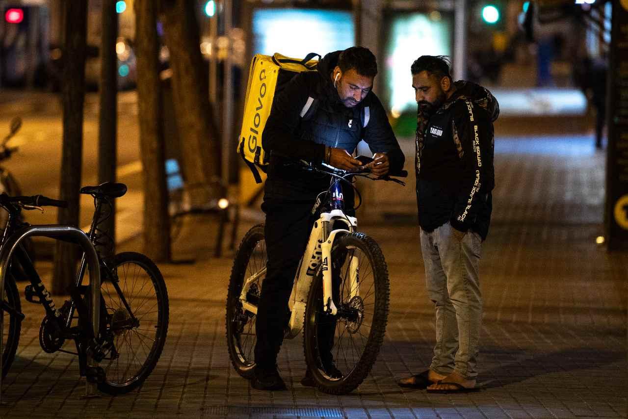 Milano, indagine rider: assumere 60mila lavoratori