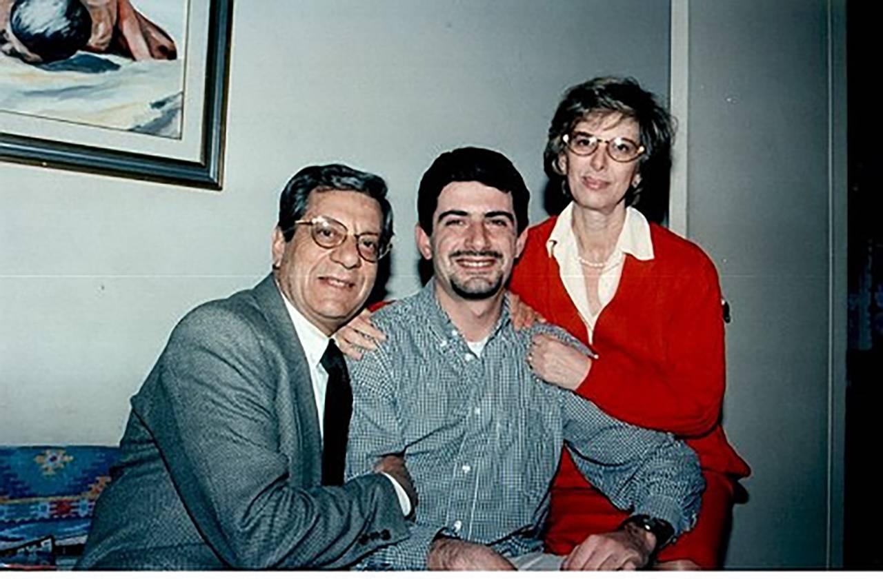 Attilio Manca con il padre Gino e la madre Angela - Foto Wikipedia