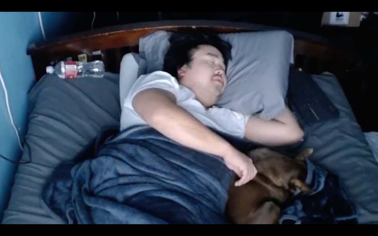 YouTube, ragazzo guadagna dormendo