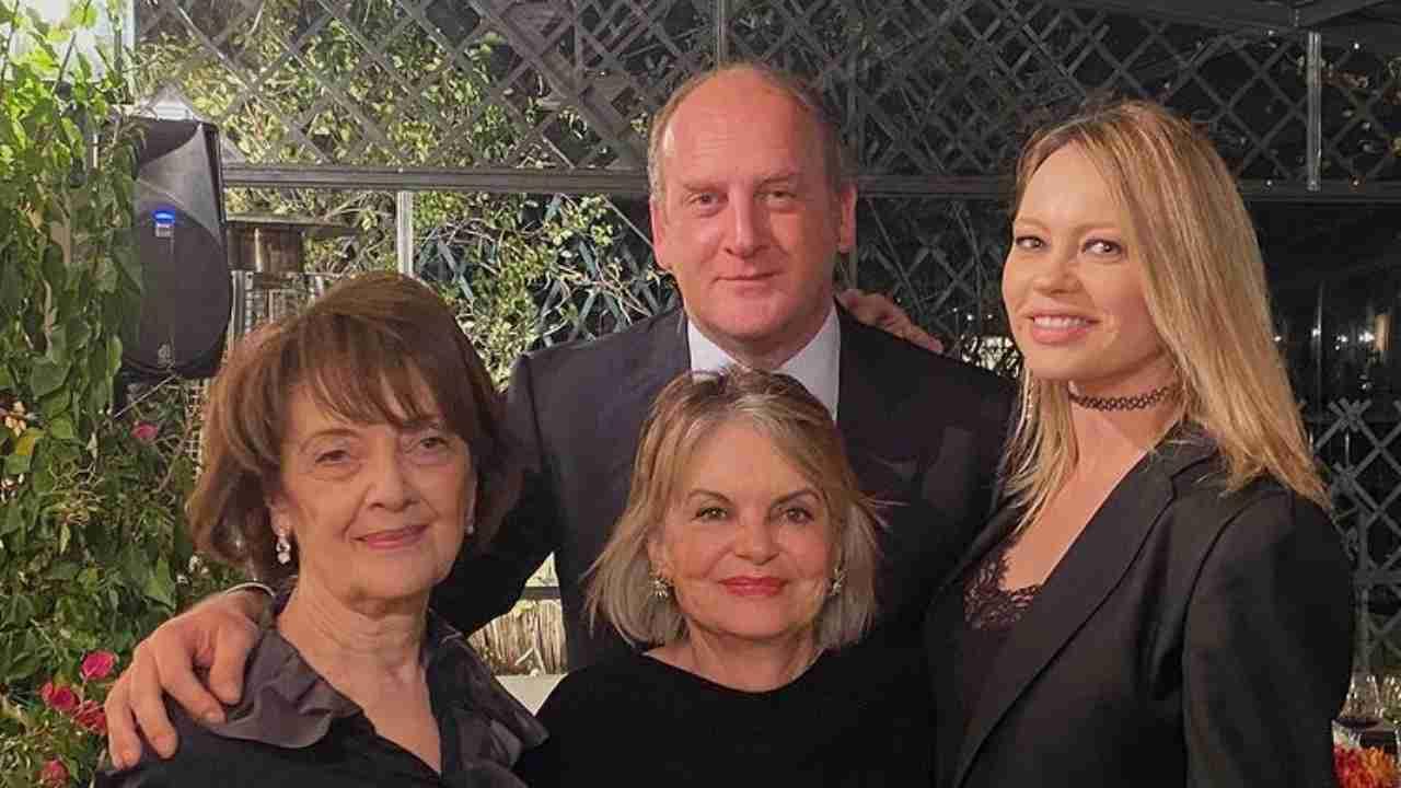 Il Deputato di Forza Italia, Andrea Ruggeri, con la sua fidanzata Anna Falchi e la famiglia (foto © Instagram).