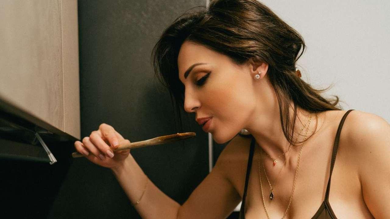 La cantante Anna Tatangelo mentre cucina (foto Instagram).