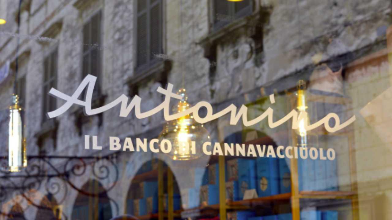 """Antonino Cannavacciuolo, la vetrina della nuovo locale """"Antonino, il banco di Cannavacciuolo"""" (foto © Vanity Fair)."""
