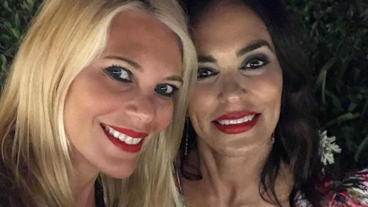 La presentatrice Eleonora Daniele con la sua amica e attrice Maria Grazia Cucinotta (foto Instagram).
