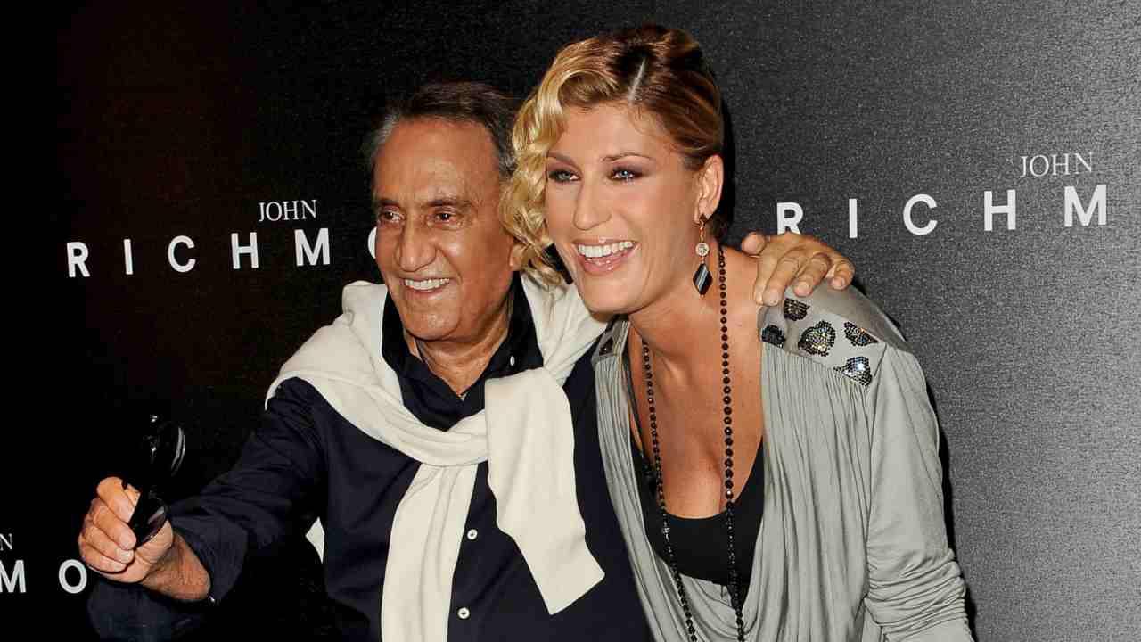 Il giornalista Emilio Fede con la collega Raffaella Zardo alle sfilate di John Richmond. Milano, anno 2010 (foto di Tullio M. Puglia/Getty Images).