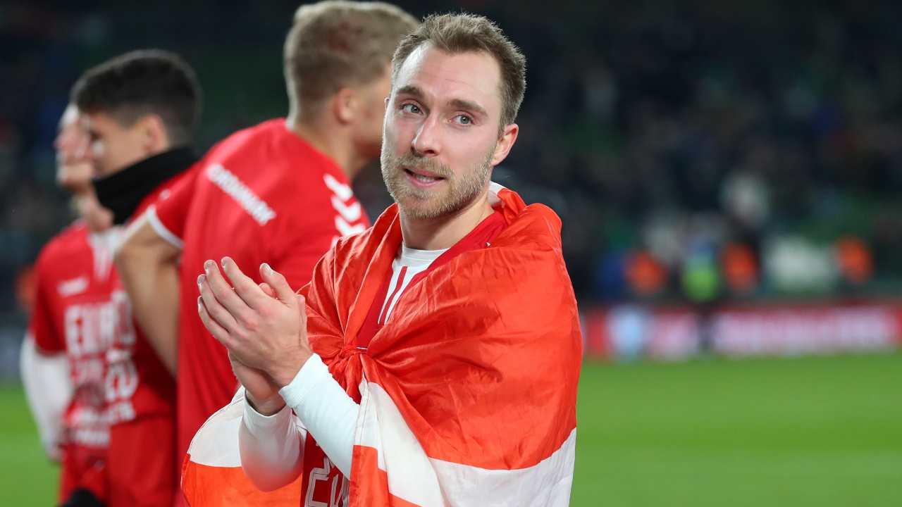 Christian Eriksen festeggia la partecipazione della Danimarca al Campionato Euro 2020 (foto di Catherine Ivill/Getty Images).