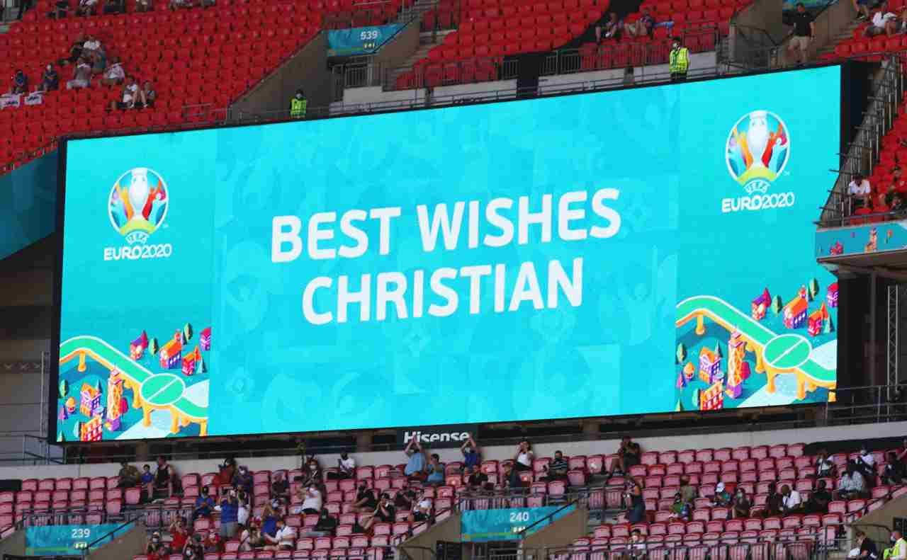Christian Eriksen, il messaggio comparso allo stadio sui monitor UEFA dopo il suo malore. Londra, 13 giugno 2021 (foto di by Catherine Ivill/Getty Images).