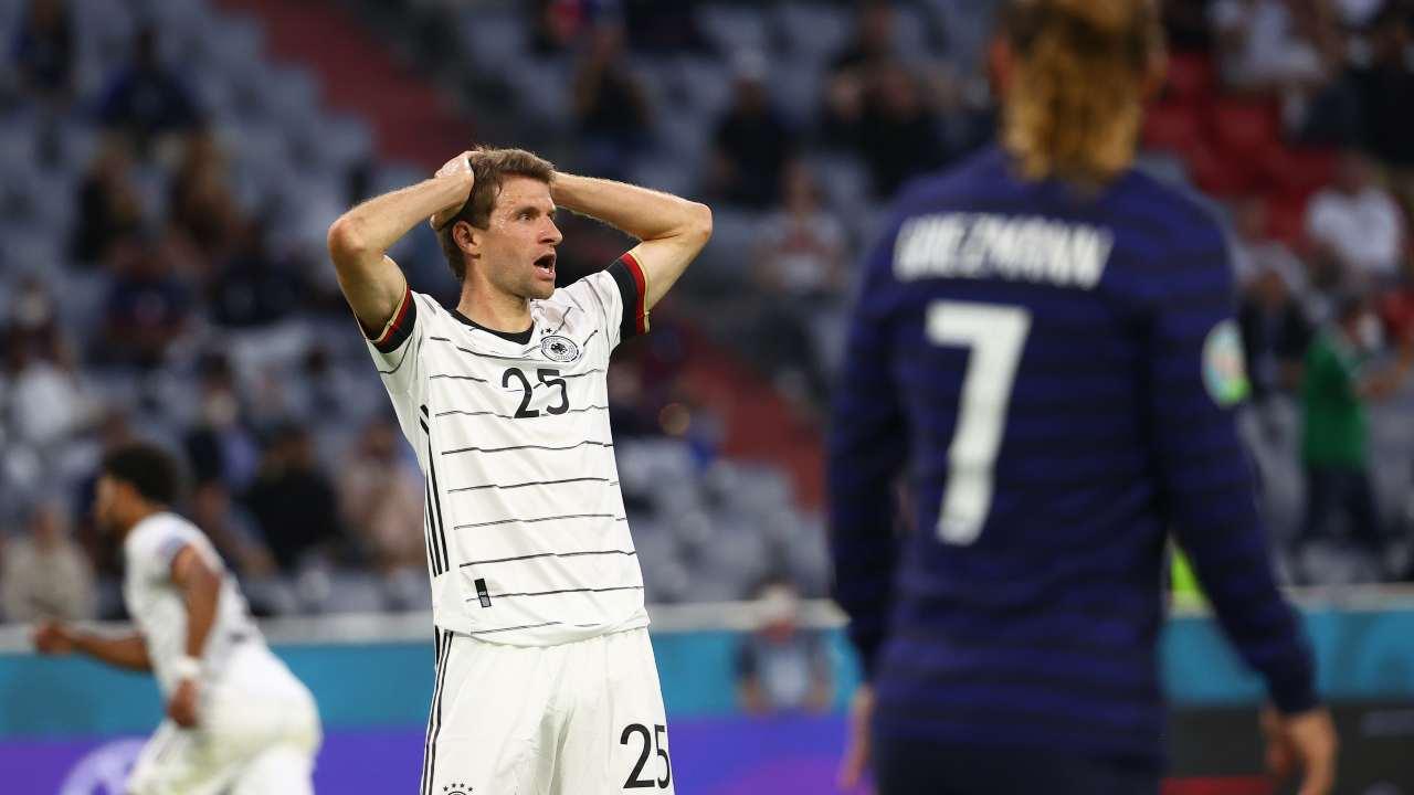 Da sinistra: Thomas Muller della Germania si dipera dopo l'autogol subito contro la Francia ed il numero 7 Antoine Griezmann. 15 giugno 2021, Euro 2020 (foto di Kai Pfaffenbach - Pool/Getty Images).