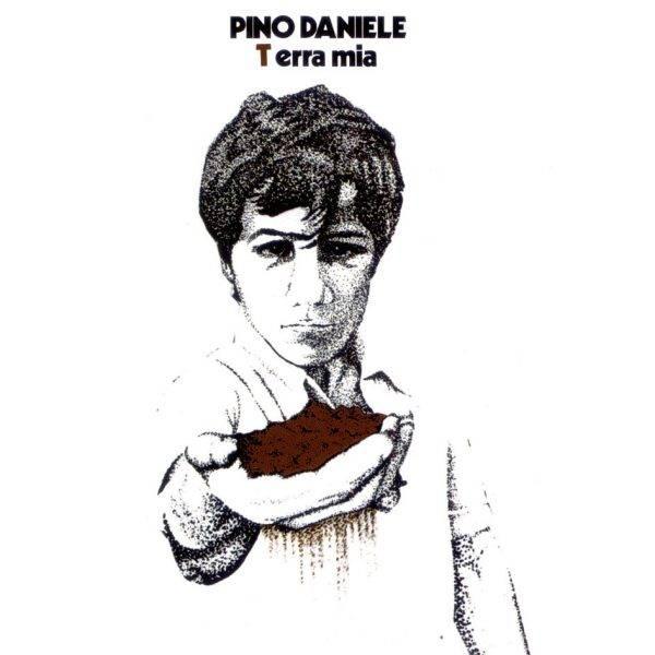 La copertina dell'album Terra Mia di Pino Daniele con l'immagine del fratello Salvatore in copertina. Si tratta del primo album prodotto in studio dal cantante nel 1977: in copertina c'è il fratello Salvatore Daniele.