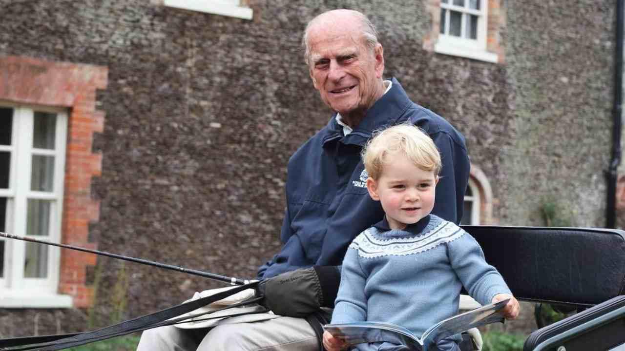 Royal Family: il principe Filippo con George Windsor (foto Instagram).
