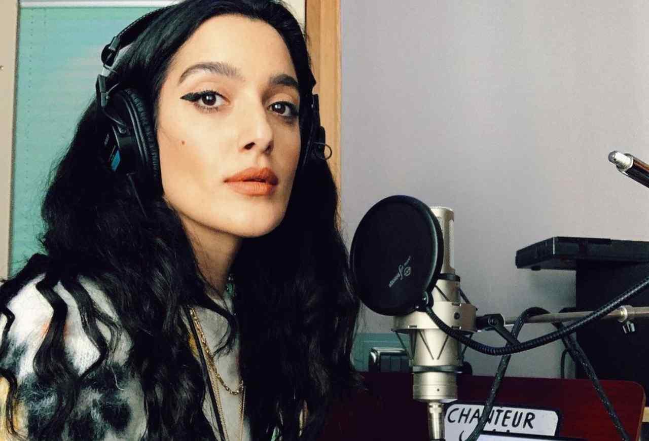 L'artista Levante in studio per registrare una canzone (foto Instagram).