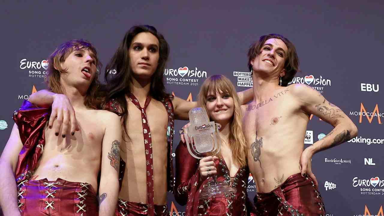 I Maneskin (Thomas Raggi, Ethan Torchio, Victoria De Angelis e Damiano David) festeggiano la vittoria dell'Eurovision Festival. Foto di Dean Mouhtaropoulos/Getty Images.
