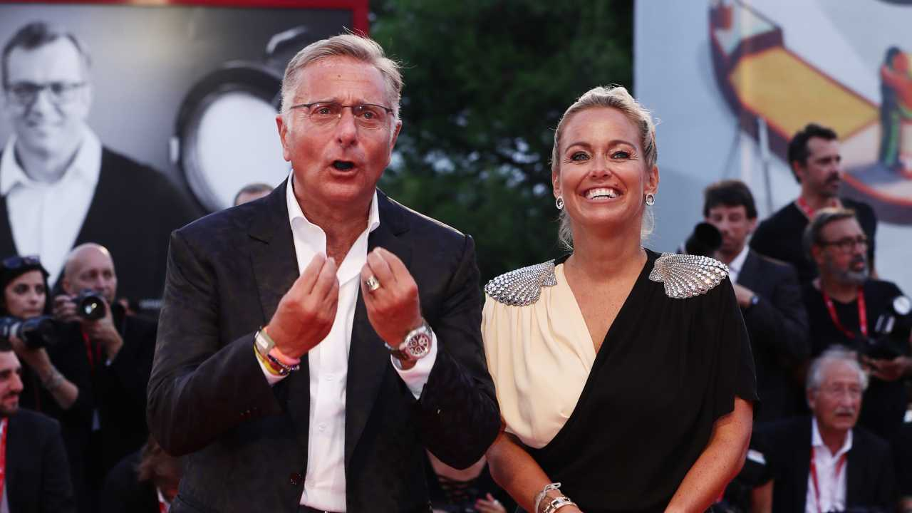 Paolo Bonolis e la moglie Sonia Bruganelli al Festival di Venezia, anno 2019 (foto di Elisabetta Villa/Getty Images for Campari).