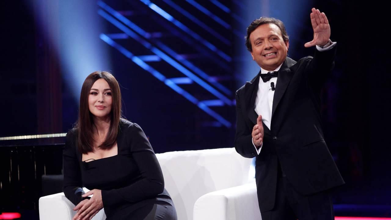 Il presentatore Piero Chiambretti con l'attrice Monica Bellucci (foto Vittorio Zunino Celotto/Getty Images).