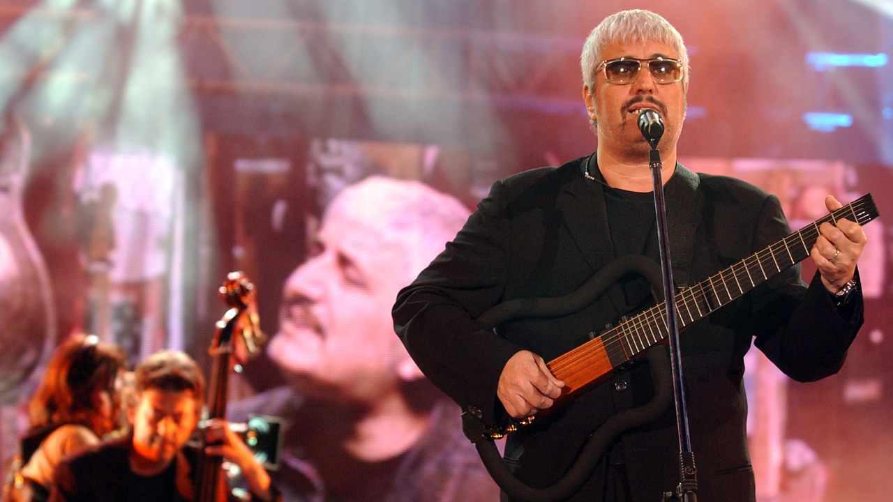 Il cantante Pino Daniele sul palco del Festivalbar. Milano, 29 maggio 2004 (foto di Giuseppe Cacace/Getty Images).