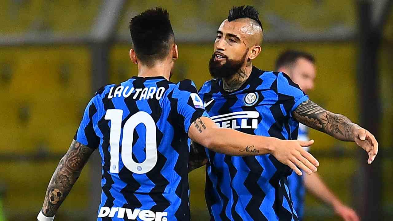 Inter, Arturo Vidal si abbraccia con Lautaro Martinez (foto di Alessandro Sabattini/Getty Images).