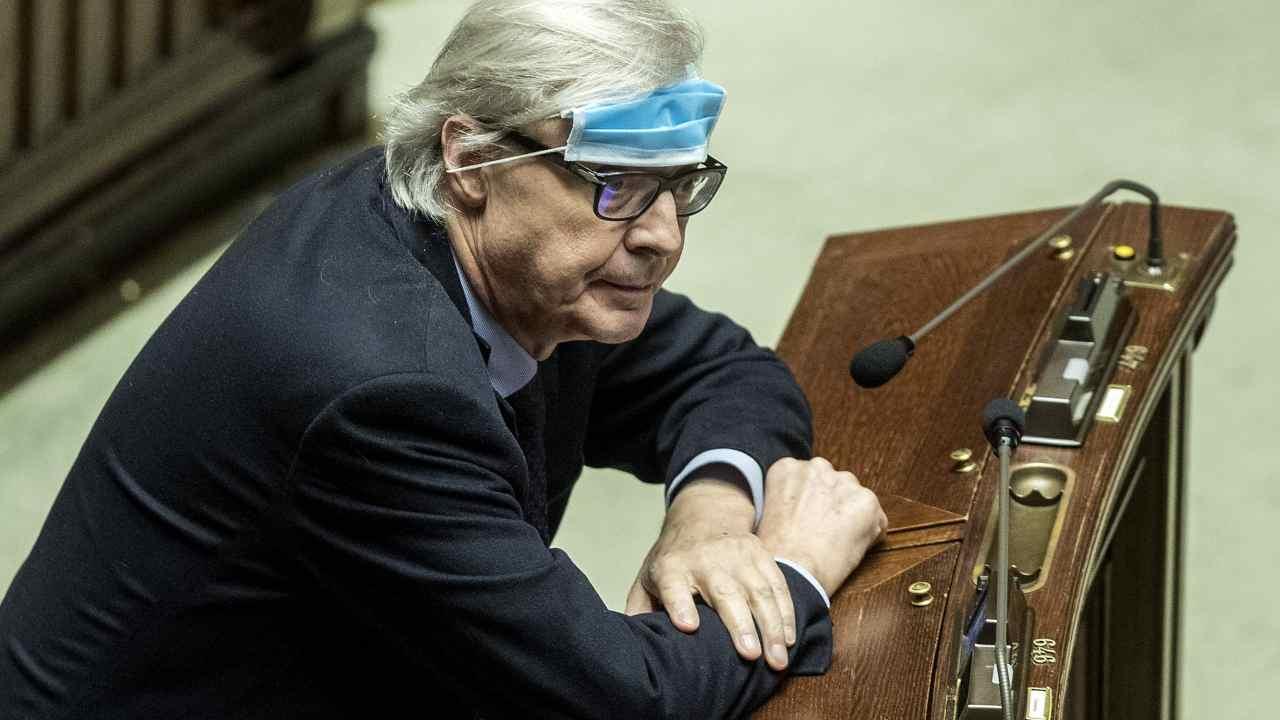 Vittorio Sgarbi quando si dichiarava contrario alla mascherina (foto Ansa).