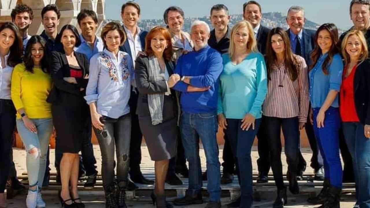 """Il cast della soap opera italiana """"Un posto al sole"""" festeggia i 24 anni, ottobre 2020 (foto Rai)."""